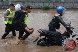 Polisi evakuasi kendaraan terjebak banjir Kahatex