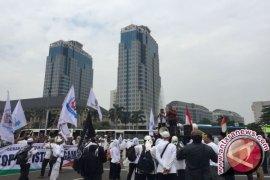 Jamaah Jumatan Istiqlal membludak hingga jalan raya