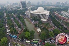 Iringan Massa Unjuk Rasa Lewati Balai Kota