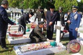 Pangdam Pattimura Tabur Bunga di Makam Pahlawan