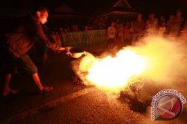 Warga Blokade Lintas Sulawesi Akibat Listrik Padam