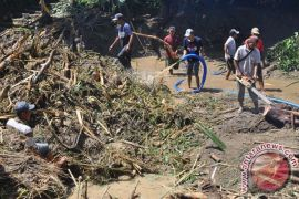 Warga Kampung Cublekan masih terisolasi pascalongsor
