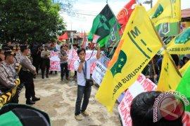 Hari Pahlawan Diwarnai Dengan Demonstrasi