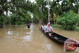 Banjir dan longsor putuskan jalur lintas Barat Selatan