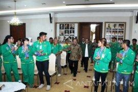 Gubernur Jatim Serahkan Bonus Atlet PON 2016