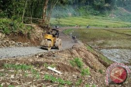 Warga Manfaatkan Dana Desa Bangun Jalan Baru