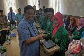 Bupati Serahkan Laptop Pada Mahasiswa UIN