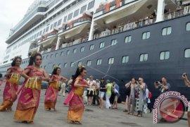 "Kapal pesiar ""Regent Seven"" disambut kesenian Bali"