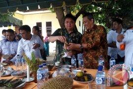Menperin belah durian di Pidie Jaya