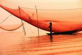 Dicabik pertempuran, nelayan berjuang untuk bertahan hidup