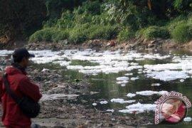 Bekasi Buktikan Pencemaran Sungai Lewat Uji Laboratorium