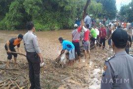 Dua Remaja Hanyut Akibat Banjir Bandang di Kediri