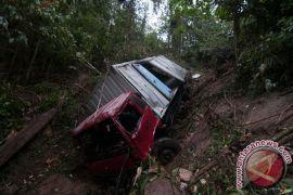 Karna lalai, supir tewas terlindas truk sendiri
