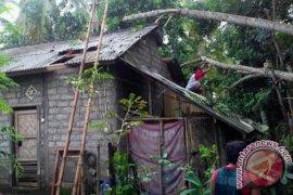 Angin Rusak Dua Rumah Warga Jembrana
