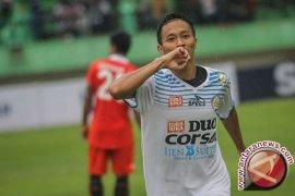 Gelandang Arema FC  Dendi Santoso siap bersaing untuk satu posisi di timnas Indonesia