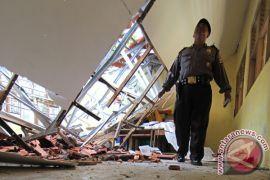 Kegiatan belajar terganggu akibat bangunan sekolah ambruk