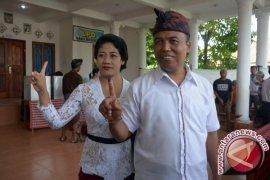 Dewa Sukrawan Coblos Di TPS 9 Bungkulan