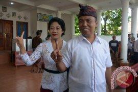 Dewa Sukrawan Nyoblos Bersama Istri