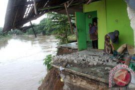Polrestro Bekasi bantu korban banjir