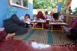 Belajar di Teras Sekolah