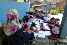 Puluhan Siswa di Jember Belajar di Teras Sekolah (Video)