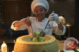 Mencicipi roti cabe-cabean dan salad mangkuk keju raksasa