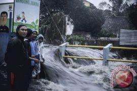 Satu rumah jebol akibat luapan banjir Sungai Citepus Bandung