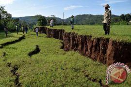 Tiga bangunan kelas ambruk akibat pergerakan tanah