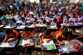 Hari Anak Nasional, Bandara Juanda ajak anak mewarnai pesawat