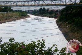 Pencemaran Kali Bekasi terjadi tiga kali sepekan