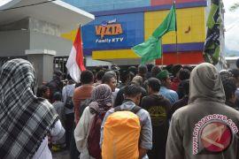 """Demonstran """"segel"""" tempat karaoke Inul Vizta di Palu"""
