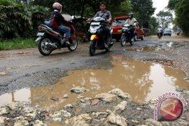 LSM Karawang Kumpulkan Uang Receh Perbaikan Jalan