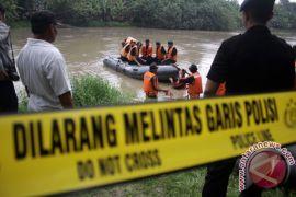 Marinir turunkan penyelam cari korban perahu terbalik