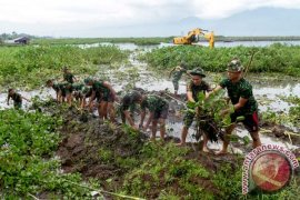 SAR Evakuasi 17 Orang Terjebak Eceng Gondok
