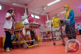 Berkebaya sambil merawat pasien