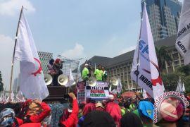 Sampah berserakan di lokasi aksi buruh di Jakarta