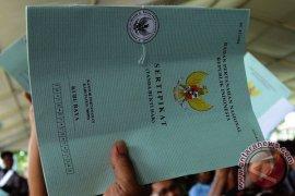 Karolin bagikan 3.100 sertifikat tanah