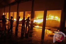 Puluhan mobil dikerahkan atasi kebakaran pertokoan Cirebon
