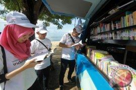 Perpustakaan Keliling di Pantai Kurenai