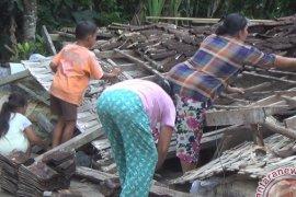Rumah Jebol Akibat Hujan di Tabanan