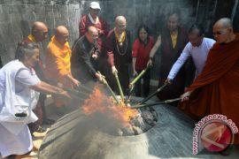 Para biksu semayamkan api dharma di Candi Mendut