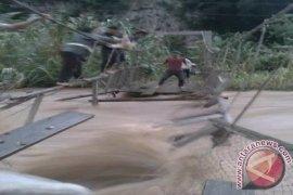 Jembatan Gantung Rusak Sejumlah Desa Terisolir