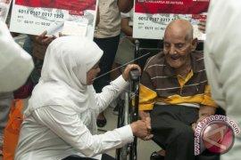 Mensos Khofifah Serahkan Bantuan PKH di Ambon