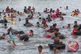 Puluhan ribu wisatawan padati pantai selatan Cianjur