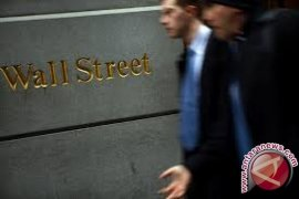 Wall Street ditutup turun tertekan data ekonomi lemah
