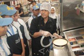 Siswa SMAM 10 Praktikan Cara Kelola Bisnis Kuliner (Video)