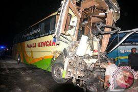 Mini bus tabrak warung, satu warga tewas