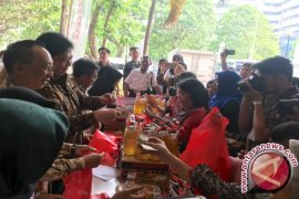 Resmikan Bazar Lebaran, Menperin jualan minyak goreng