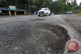 Pengguna jalan keluhkan kerusakan Jalintim Lampung-Sumsel