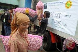 Ibu rumah tangga apresiasi harga bawang turun